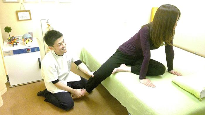 足のストレッチをする女性